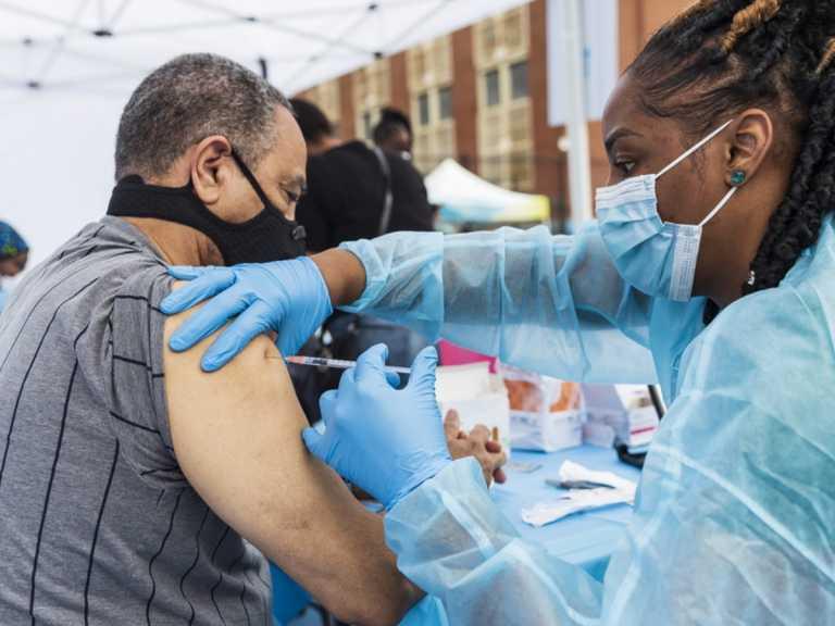 ΗΠΑ: Τριπλασιάστηκαν τα κρούσματα τον τελευταίο μήνα - Υποχρεωτικός ο εμβολιασμός για φοιτητές της Ιντιάνα